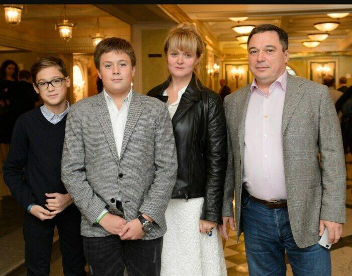 Анна Михалкова и Альберт Баков с детьми. / Фото: www.starhit.ru
