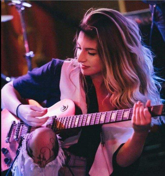 Лиза прекрасно играет на гитаре. Фото https://www.instagram.com/lizvmusic/