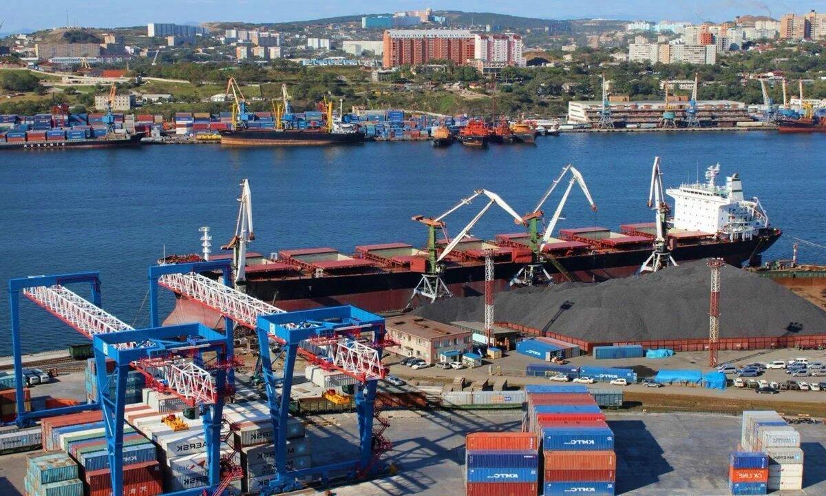 Порт г. Владивостока, где работал матросом Александр Баранов-Михайлов