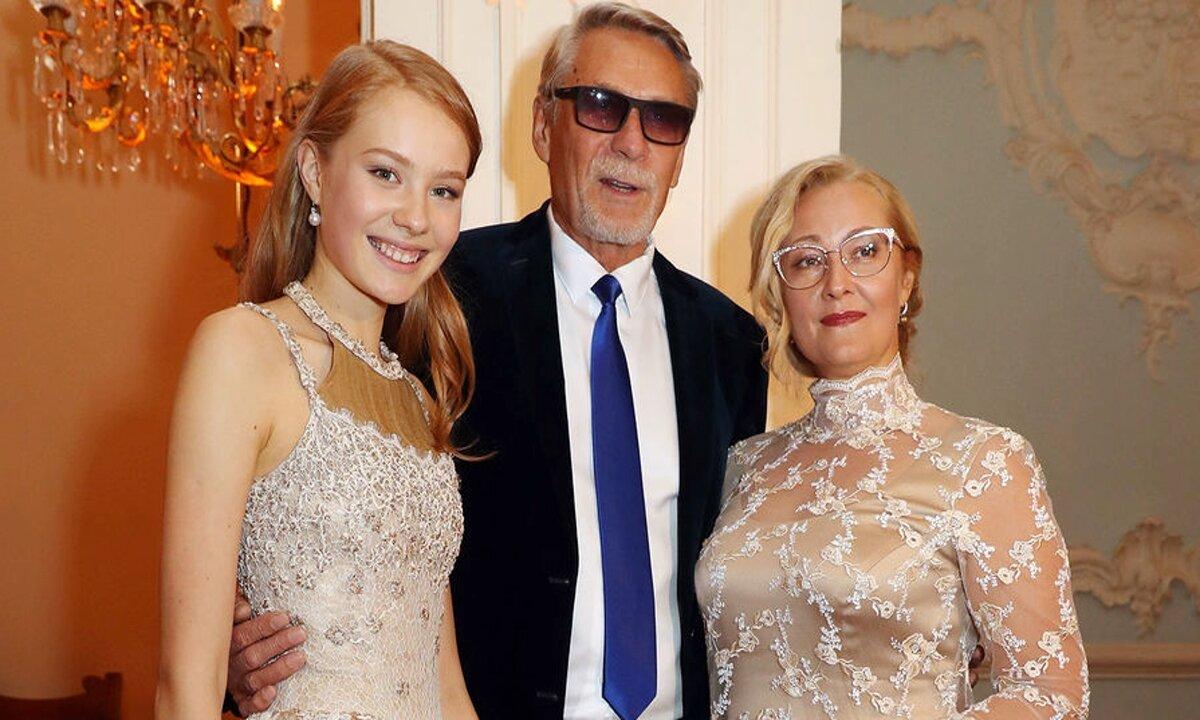 Александр Михайлов, дочь Мирослава и вторая жена Оксана